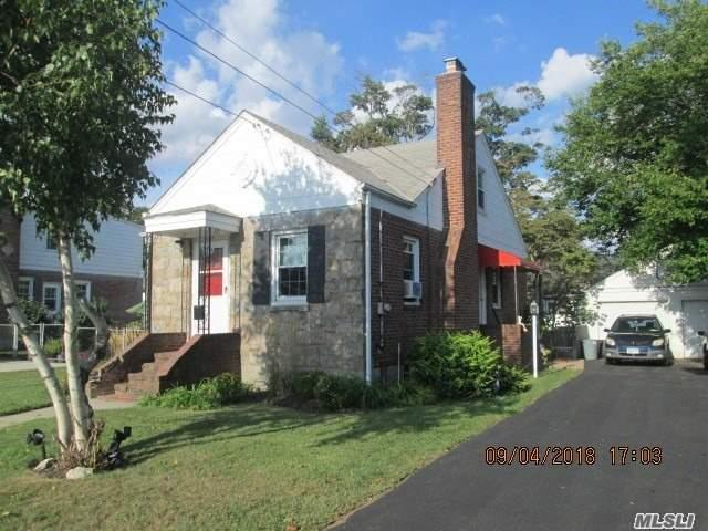 Photo of home for sale at 528 Broadway S, Lindenhurst NY