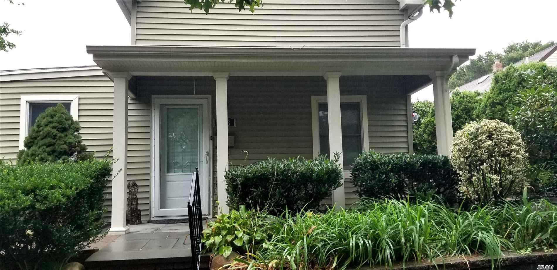 Photo of home for sale at 106 14th Ave, Sea Cliff NY