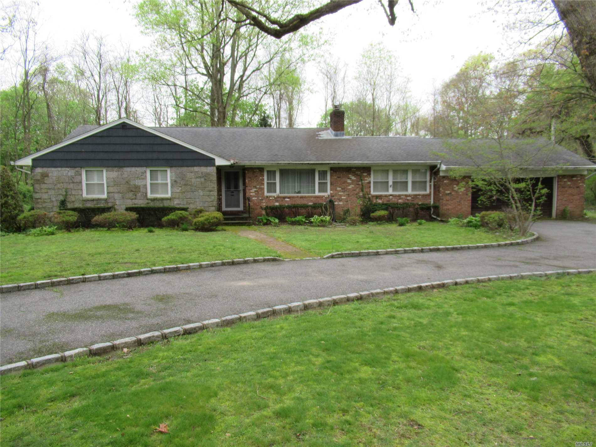 Photo of home for sale at 7 White Oak Tree Rd, Laurel Hollow NY