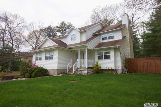 Photo of home for sale at 4 Brian Ct, Middle Island NY