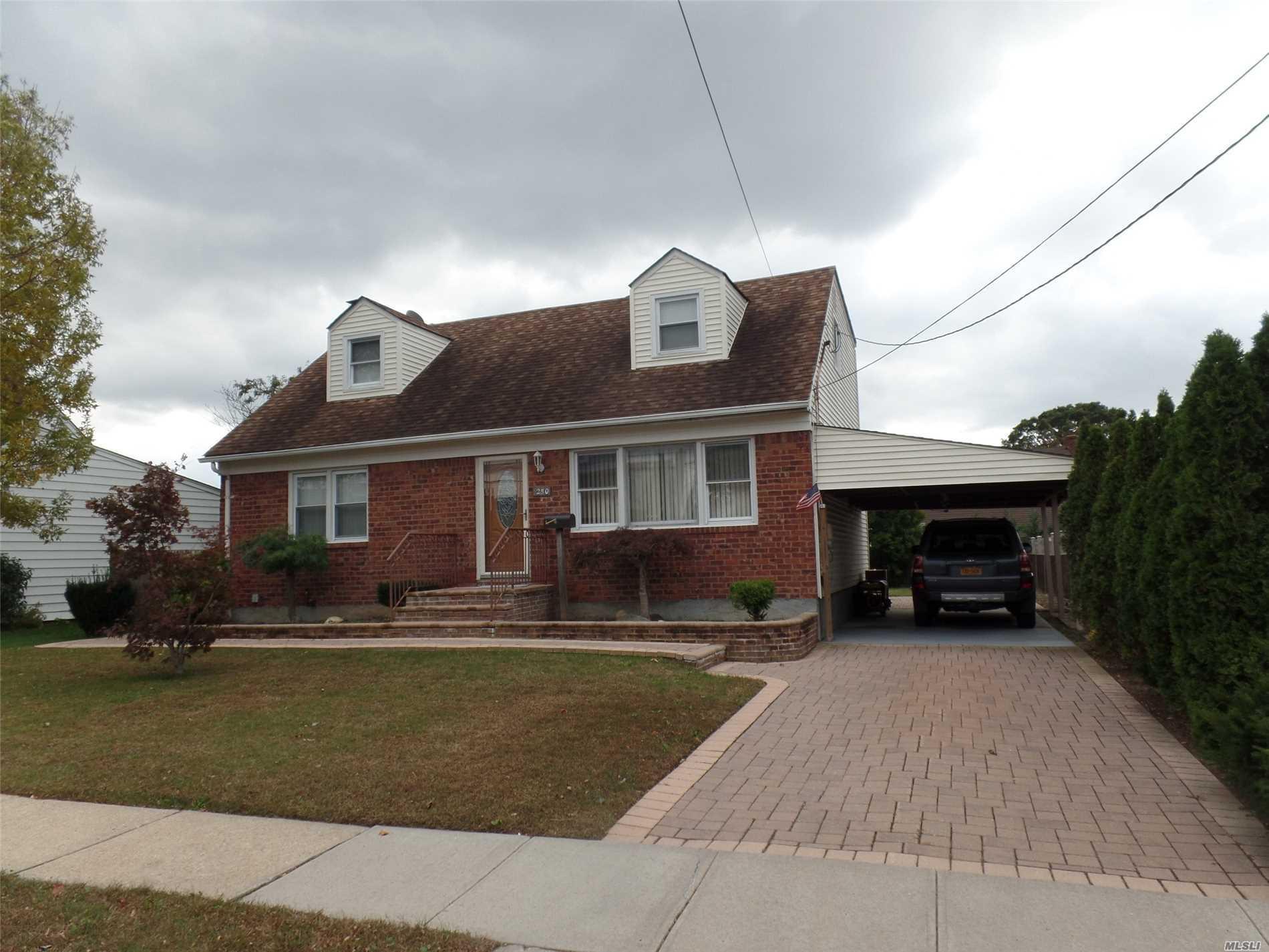 Photo of home for sale at 250 Cedar St N, North Massapequa NY