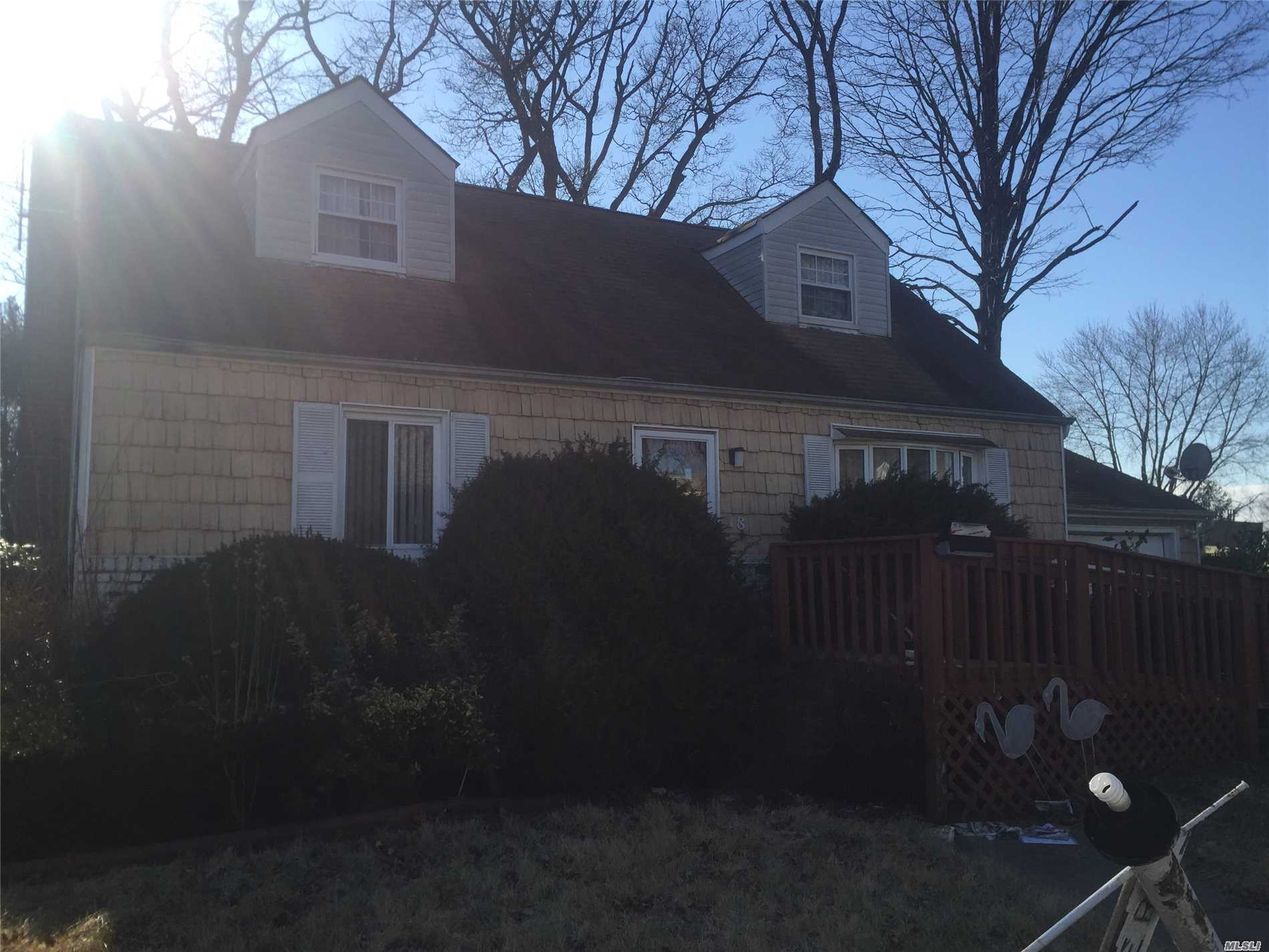 Photo of home for sale at 18 Henderson Ave, Valley Stream NY