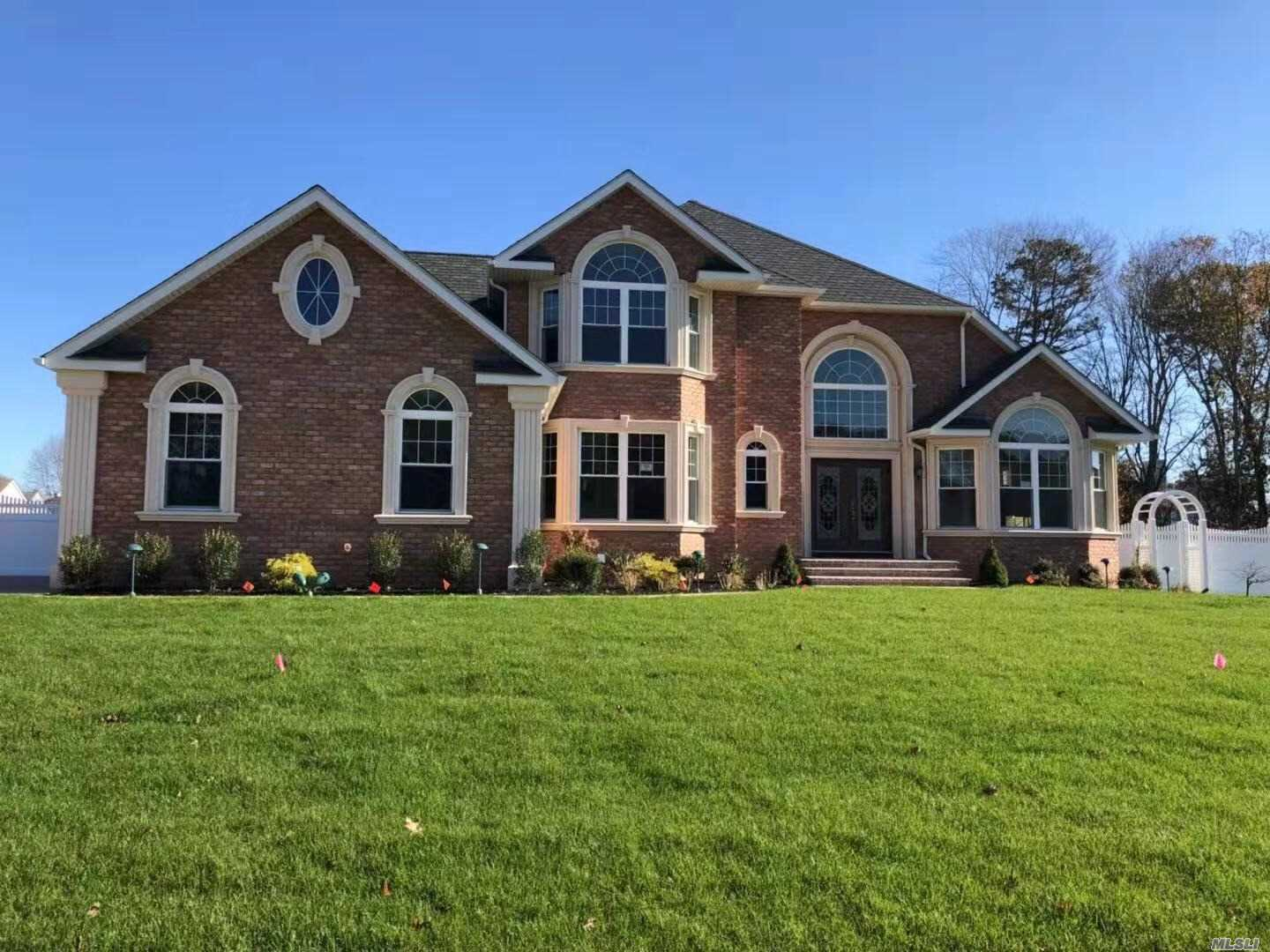 Photo of home for sale at 17 Southview Cir, Lake Grove NY