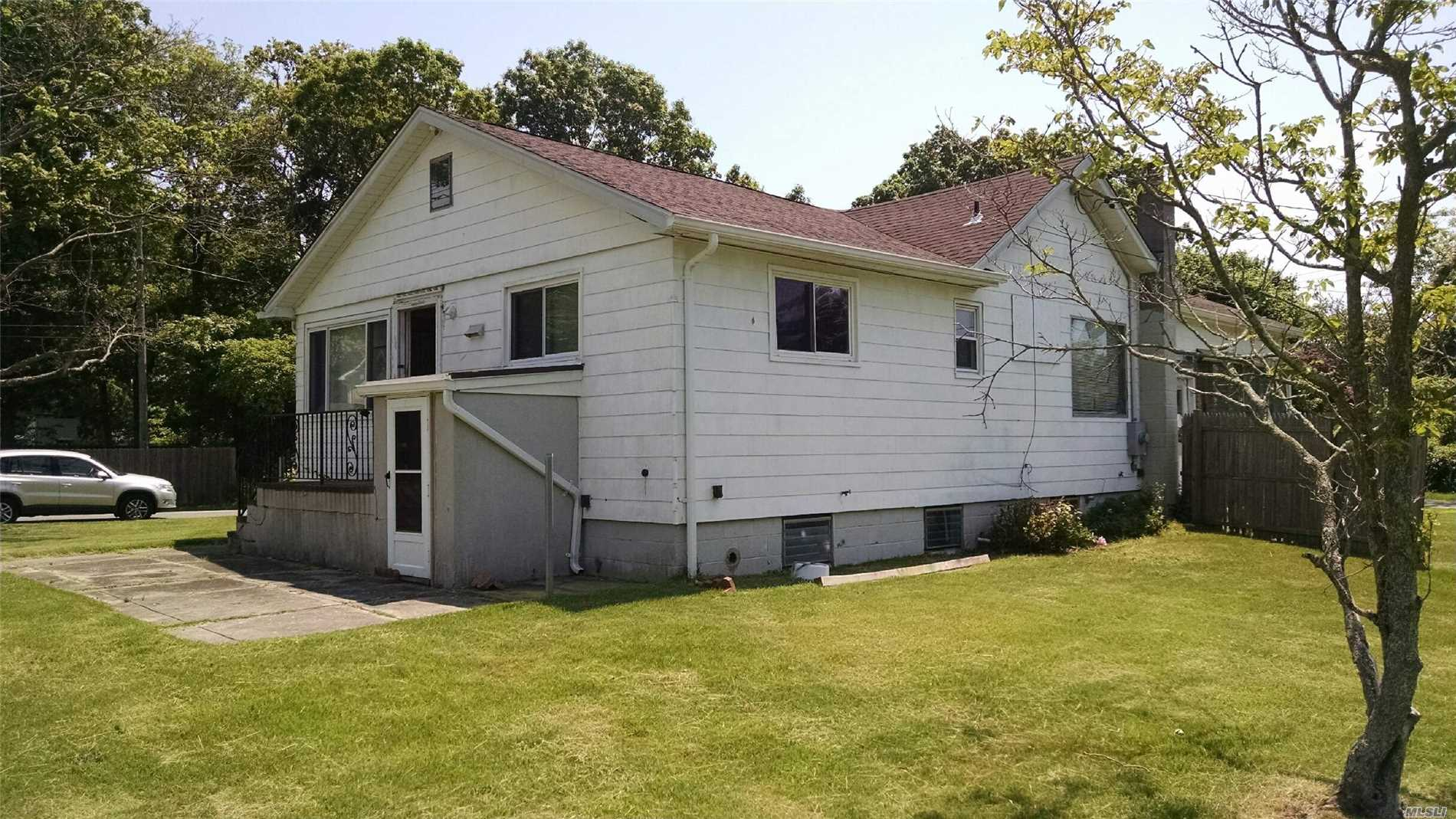 Photo of home for sale at 137 Dogwood Rd, Mastic Beach NY