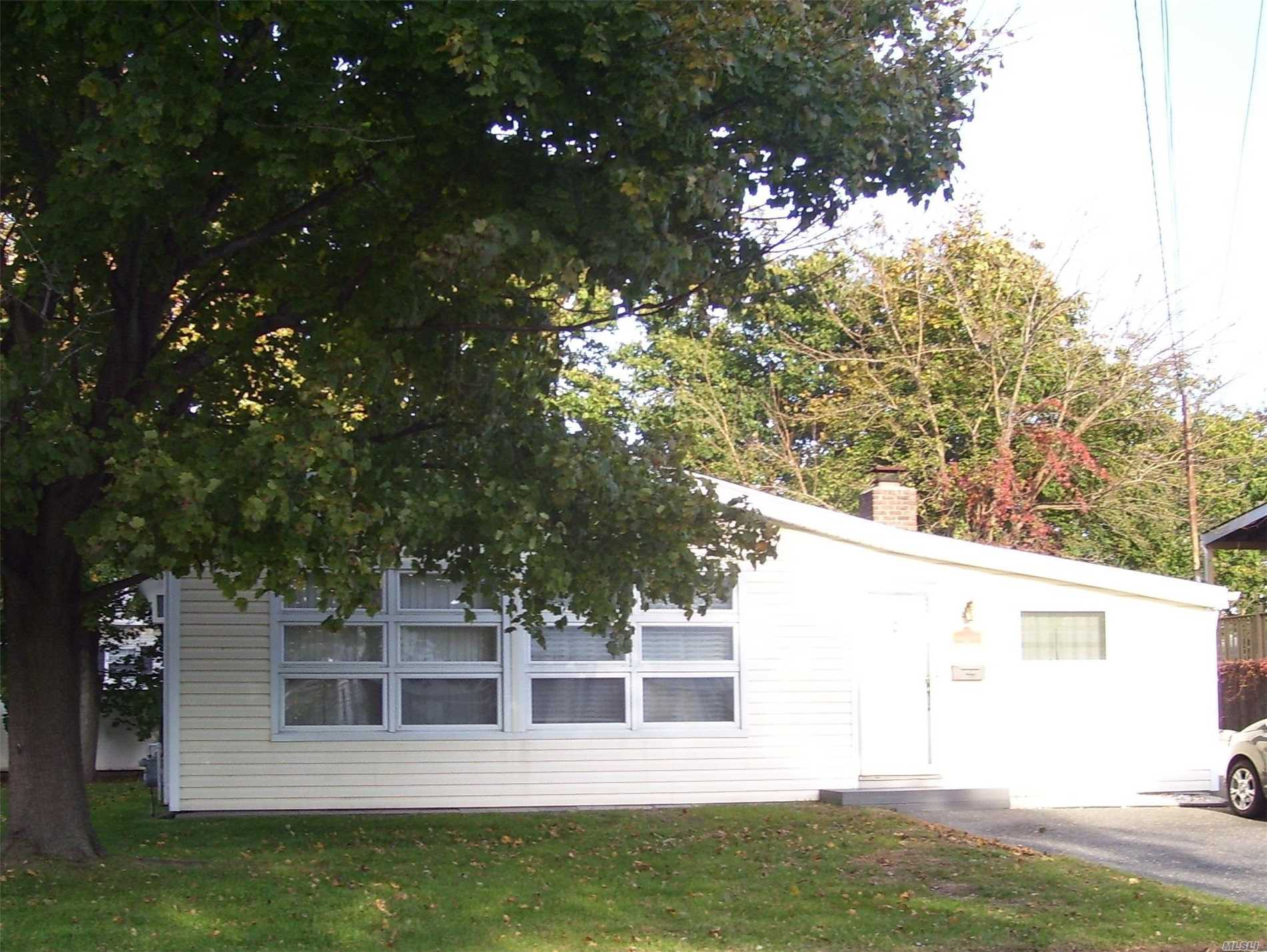 Photo of home for sale at 150 Linton Ave, Lindenhurst NY