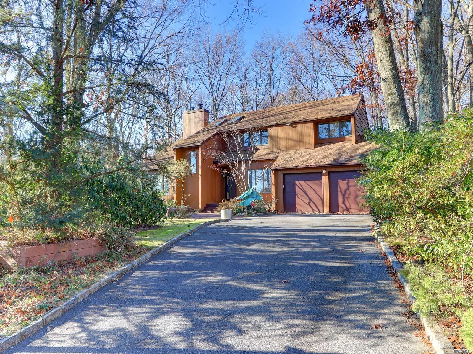 Photo of home for sale at 32 Richie Court N, St. James NY