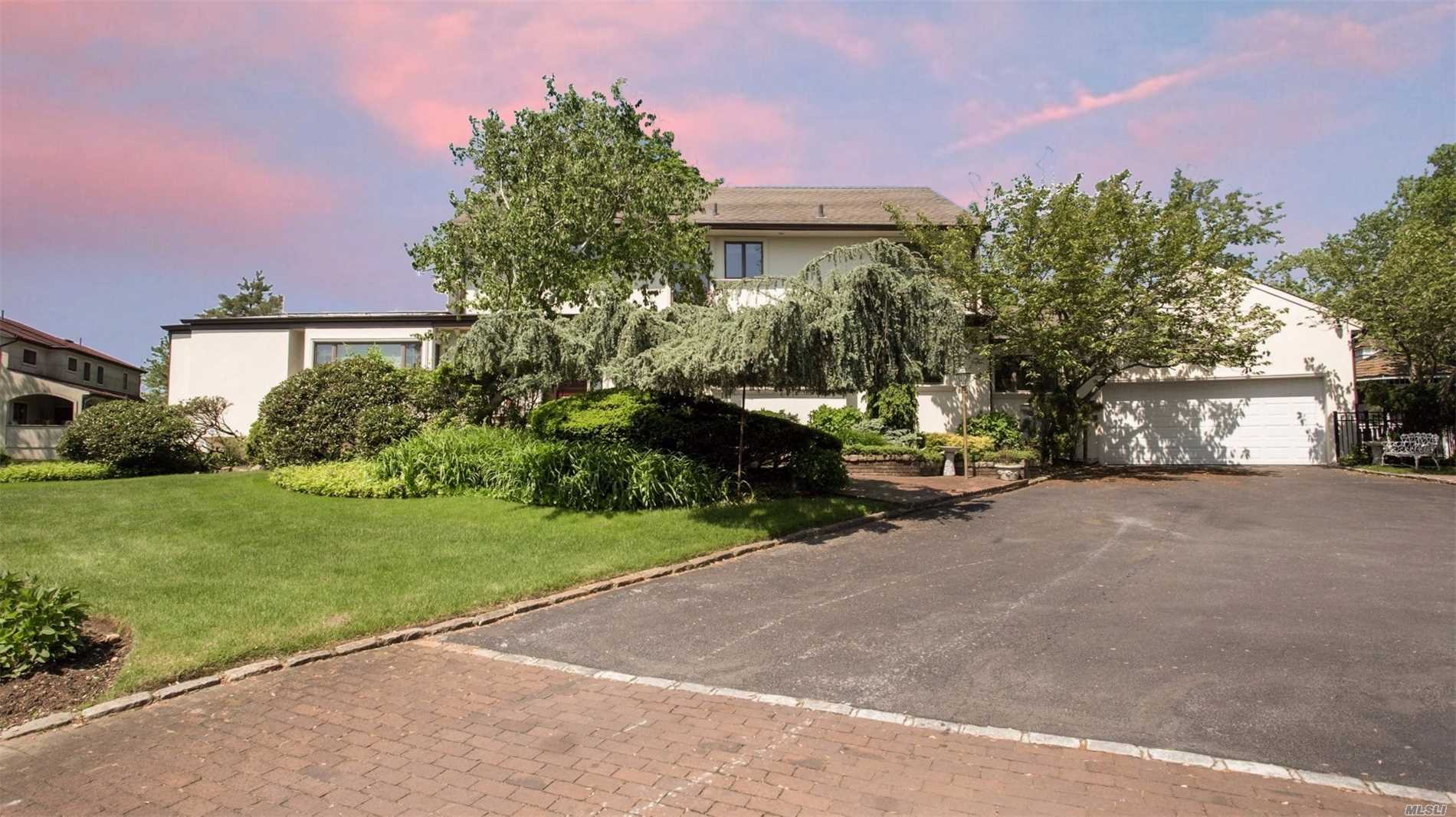 Photo of home for sale at 6 Willow Ln, Hewlett Harbor NY
