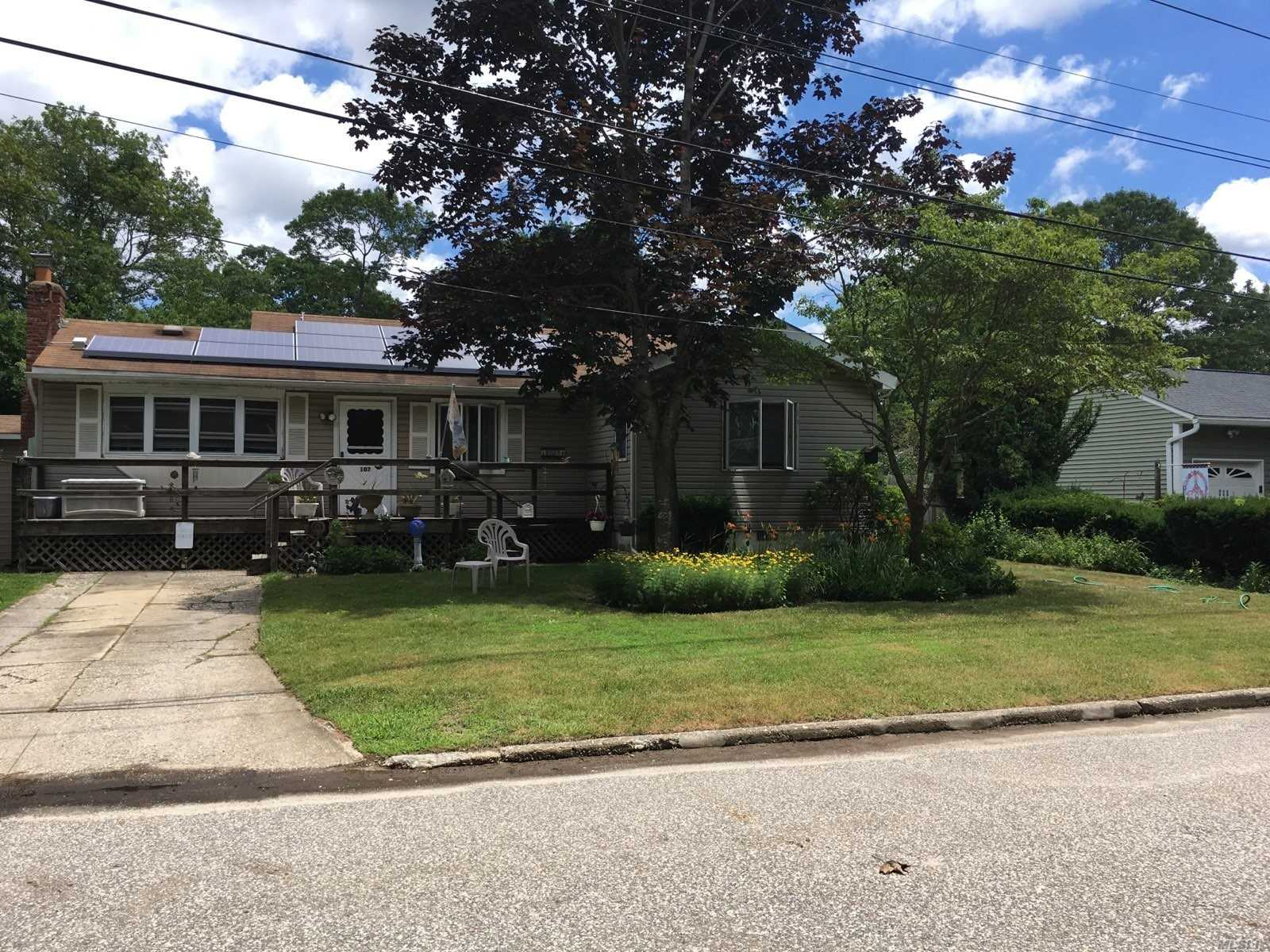 Photo of home for sale at 107 Andreano Ave, East Patchogue NY