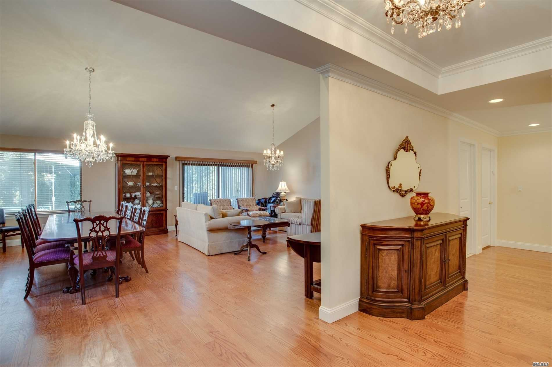 Photo of home for sale at 81 Estates Terrace, Manhasset NY