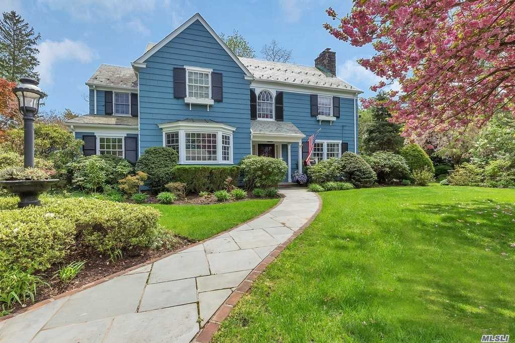 Photo of home for sale at 316 Manhasset Woods Rd, Manhasset NY