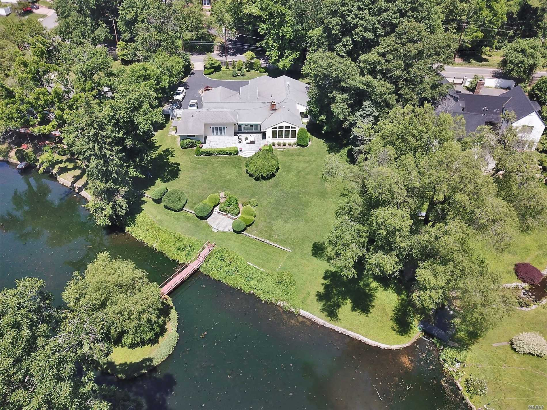 Photo of home for sale at 200 Scudders Ln, Roslyn Harbor NY