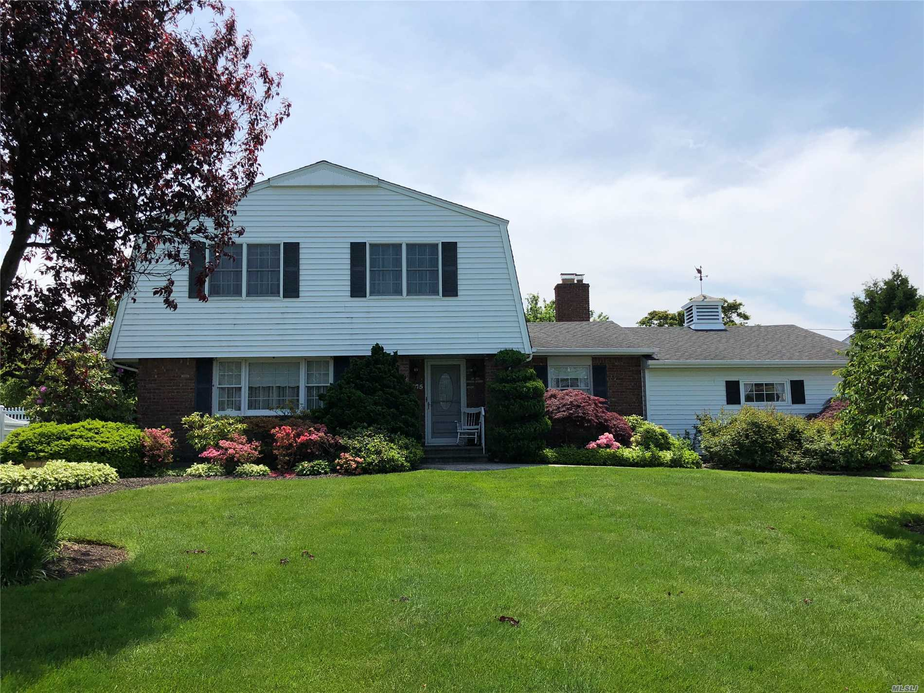 Photo of home for sale at 175 Palmer Cir, Sayville NY
