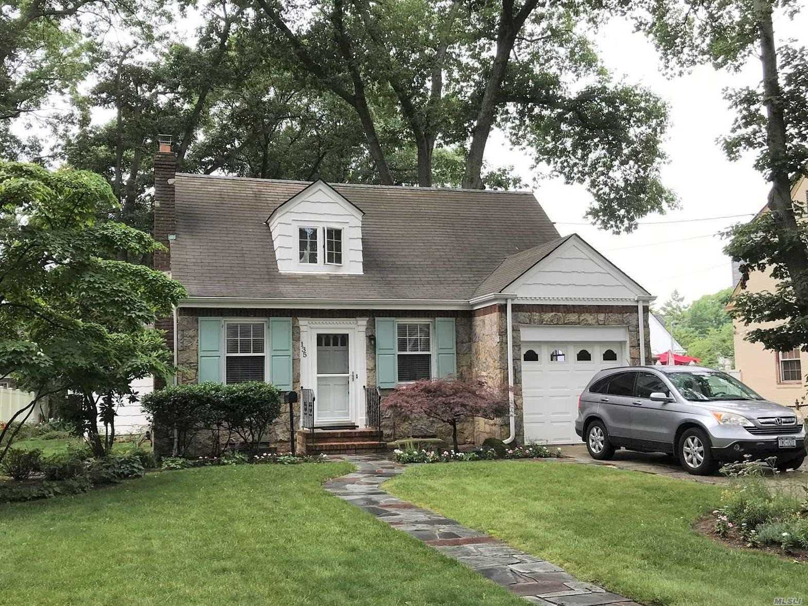 Photo of home for sale at 135 Connecticut Ave, Freeport NY