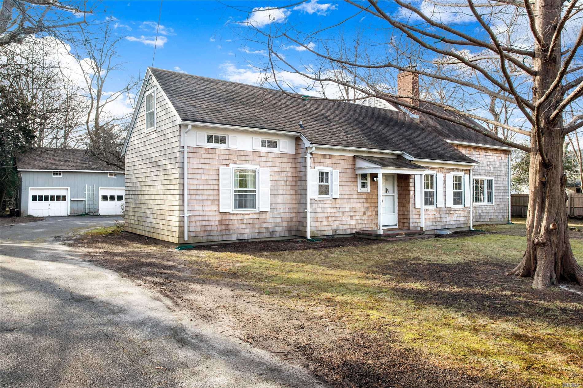 Photo of home for sale at 123 South Country Rd, Remsenburg NY