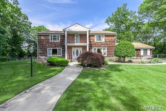 Photo of home for sale at 9 Jeanine Ct, Dix Hills NY