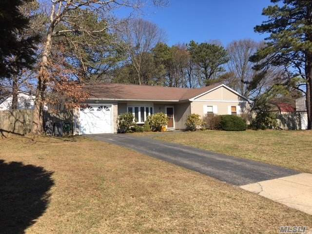 Photo of home for sale at 5 Shelley Dr, Middle Island NY