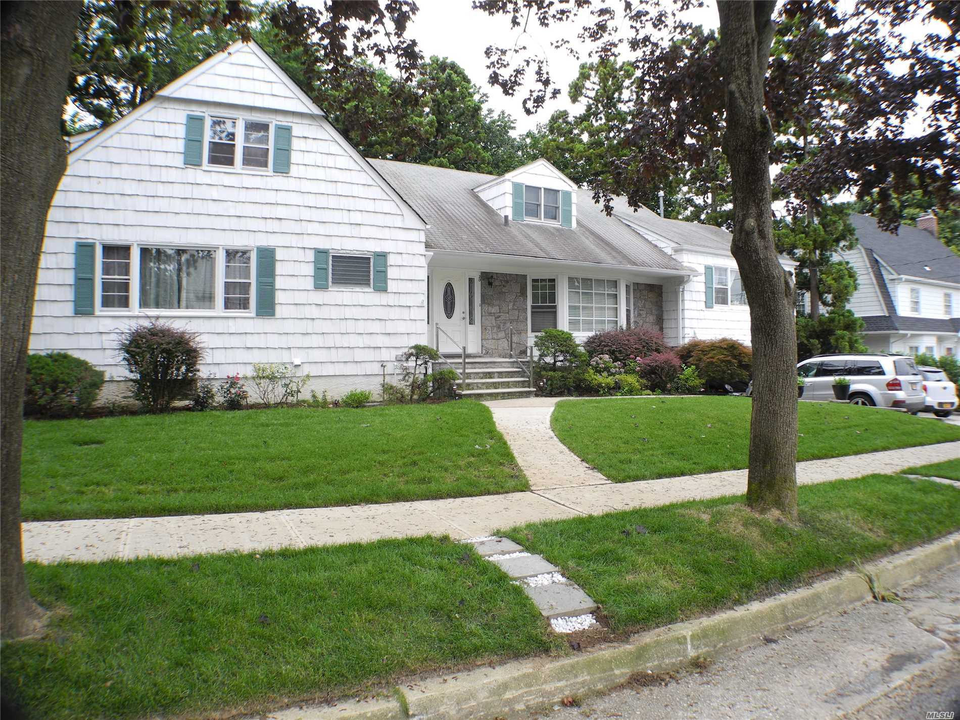Photo of home for sale at 20 Westmoreland Pl, Douglaston NY