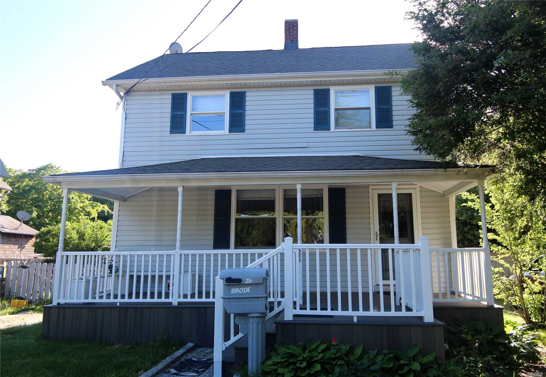 Photo of home for sale at 26 Greenwood Ave, East Islip NY