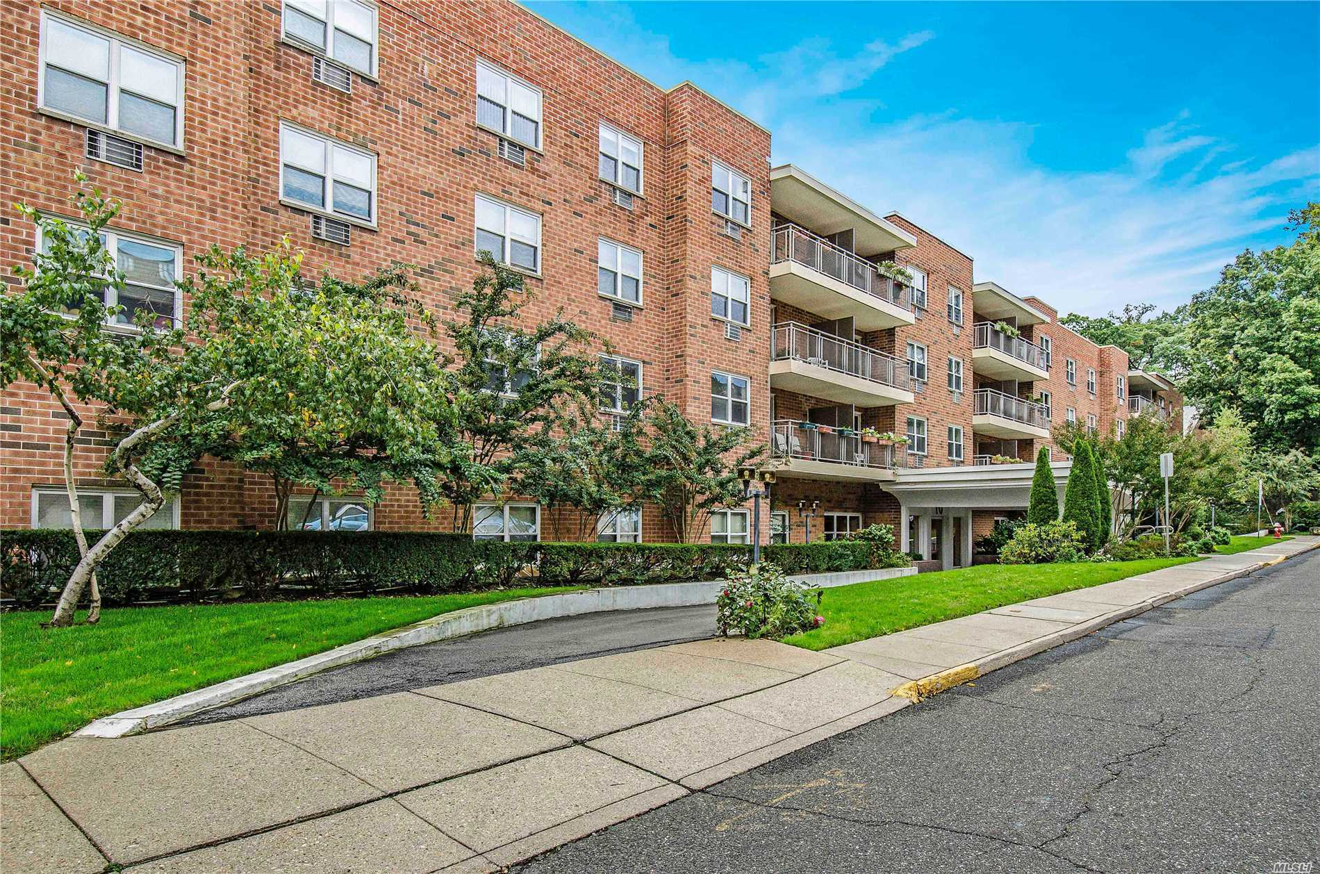 Property for sale at 10 Ipswich Ave, Great Neck,  NY 11021