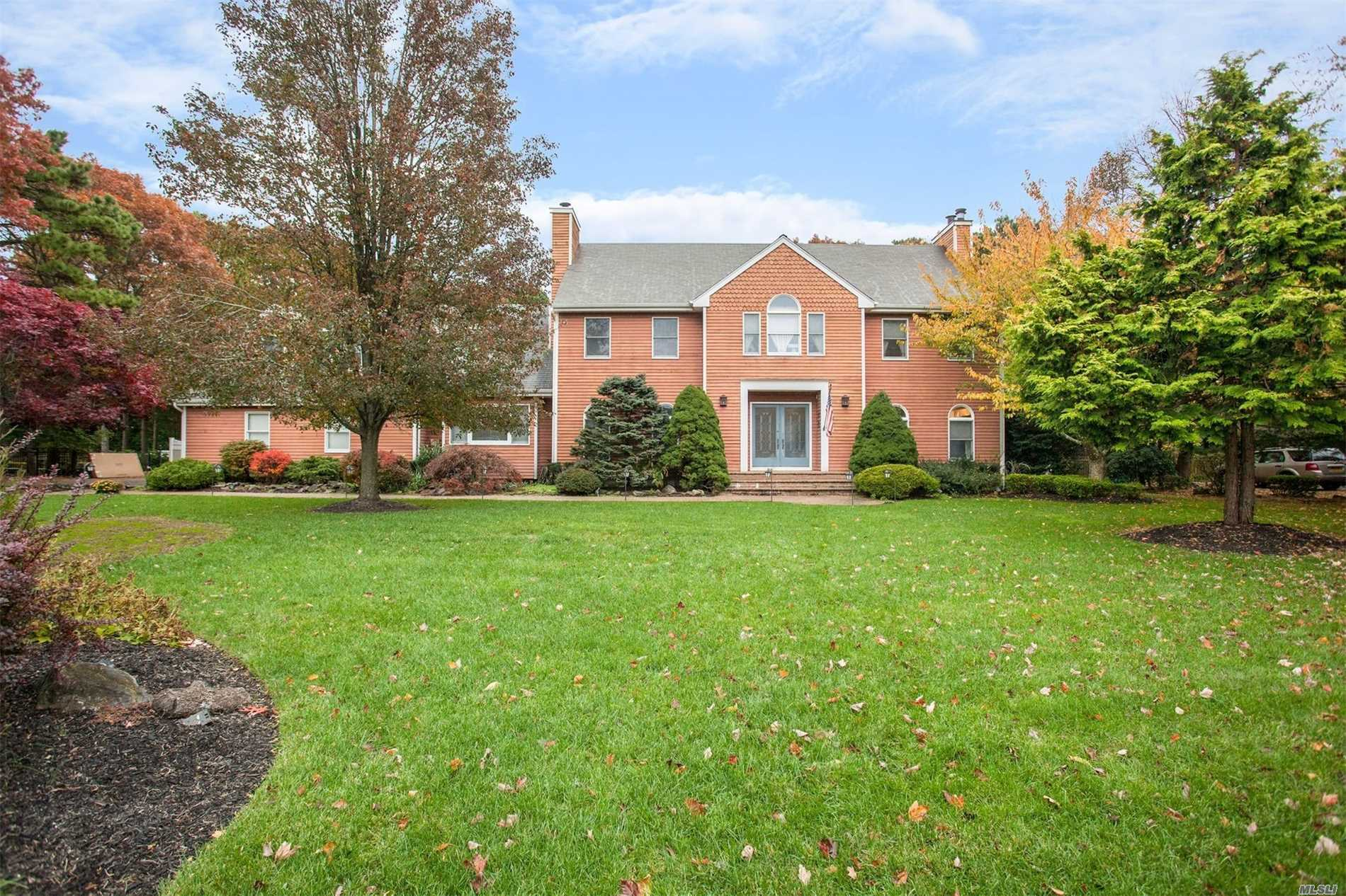 Photo of home for sale at 19 Deer Meadow Run, Brookhaven NY