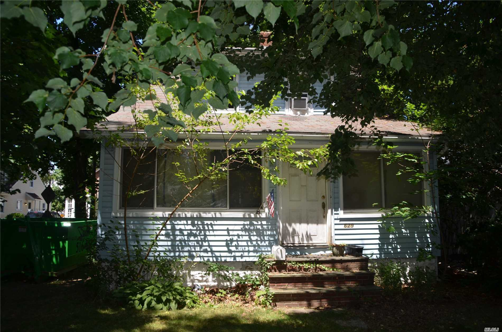 Photo of home for sale at 629 Ashland Ave, North Baldwin NY