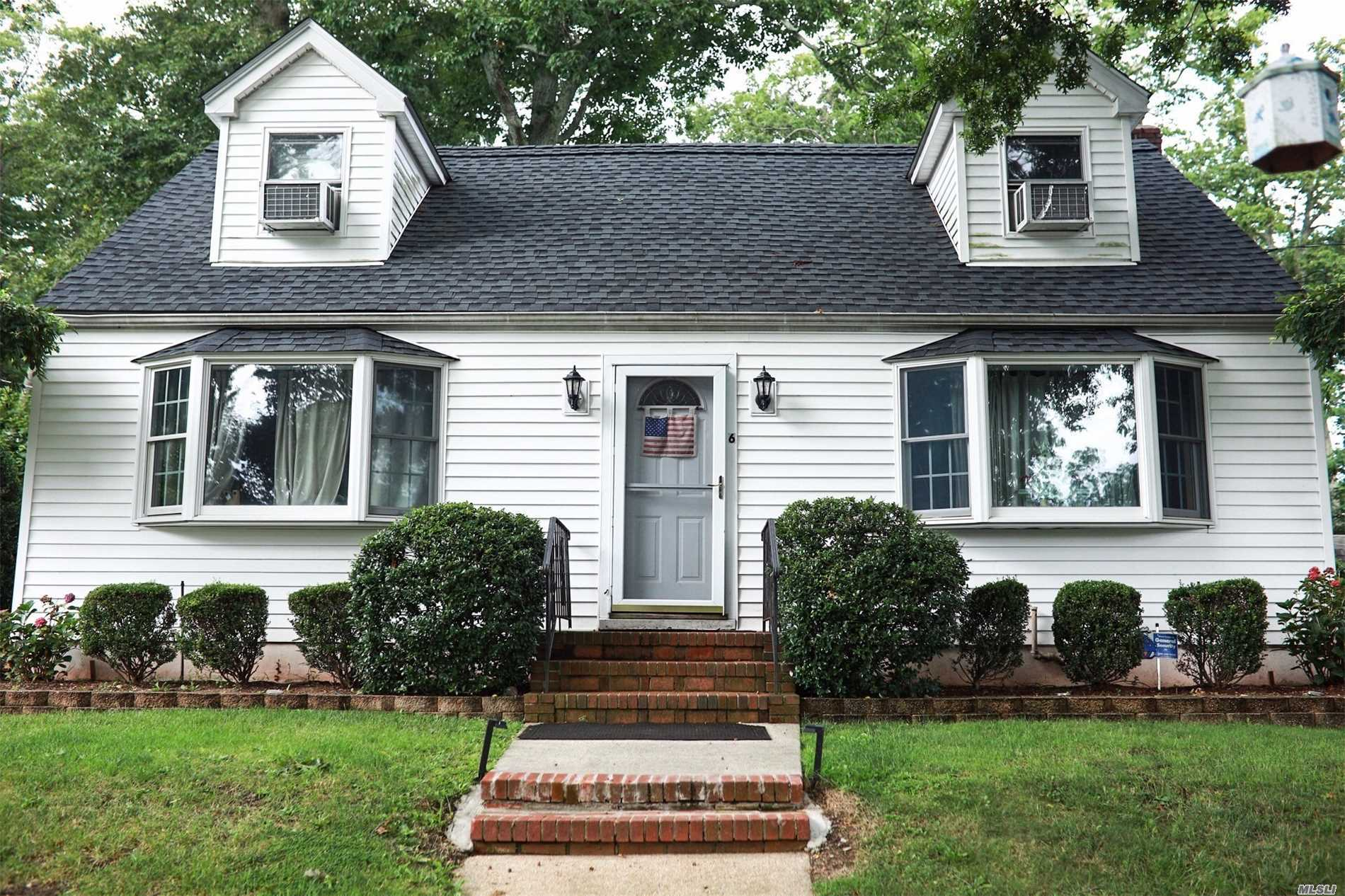 Photo of home for sale at 6 Garden St, Bayville NY
