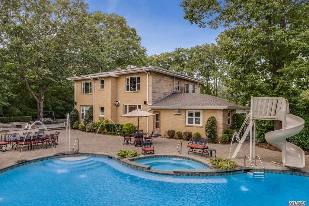 Photo of home for sale at 6 Tredwell Dr, Old Westbury NY