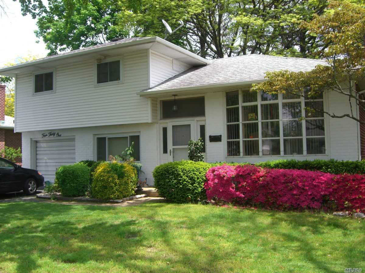Photo of home for sale at 431 Woodbridge Ln, Jericho NY