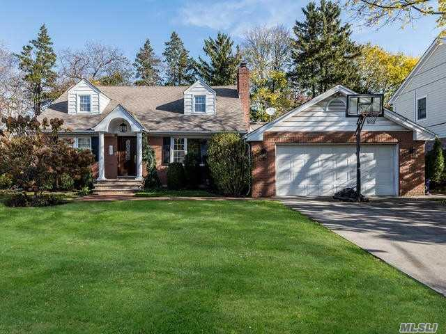 Photo of home for sale at 646 Plandome Rd, Manhasset NY