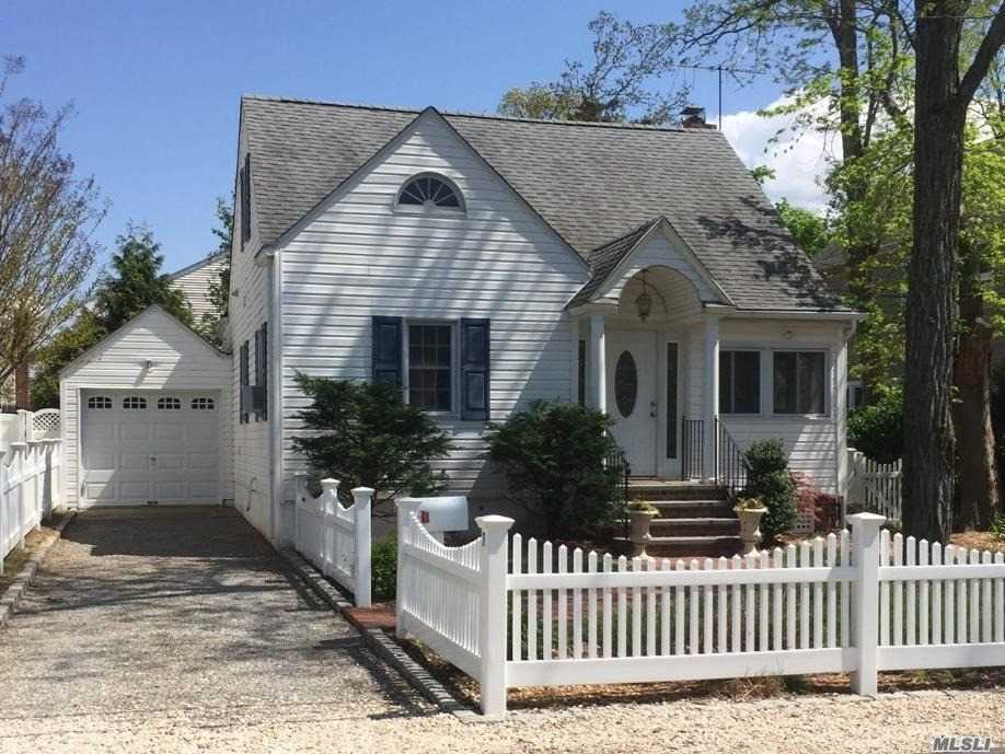Photo of home for sale at 7 Franklin Ave, Bayville NY