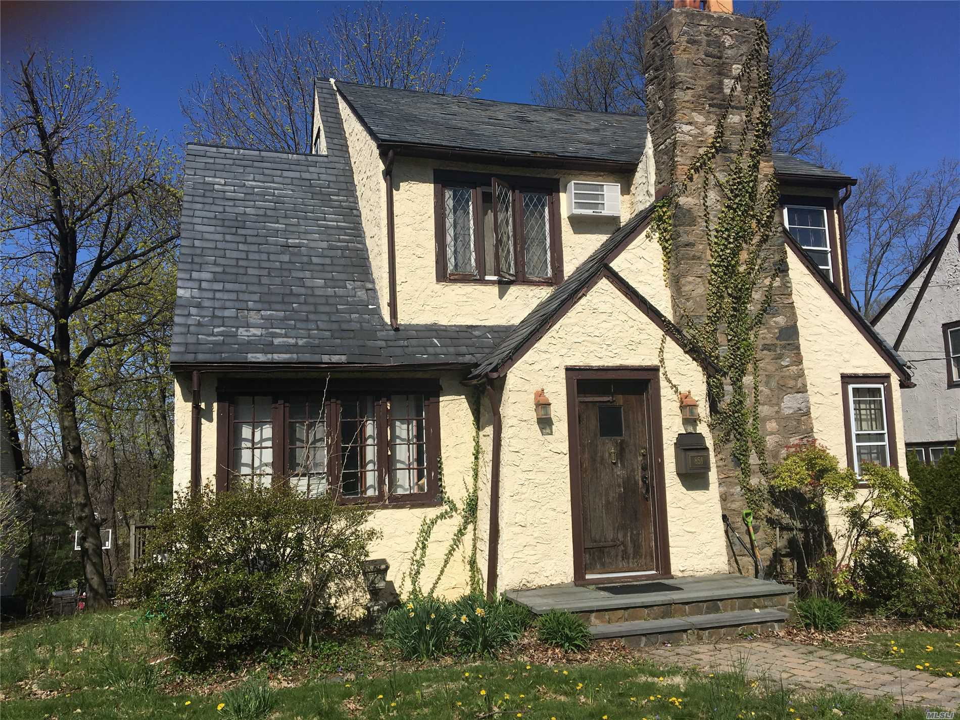 Photo of home for sale at 851 James St, Pelham NY