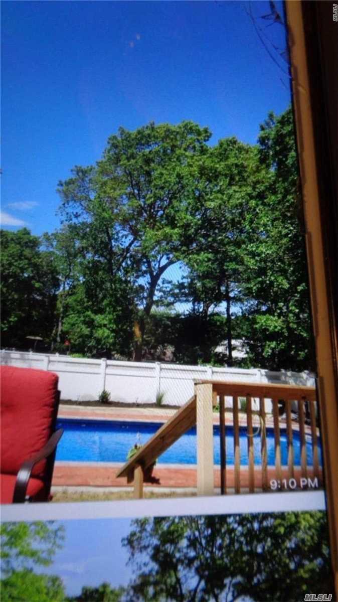 Photo of home for sale at 3 Ozark St, Ronkonkoma NY