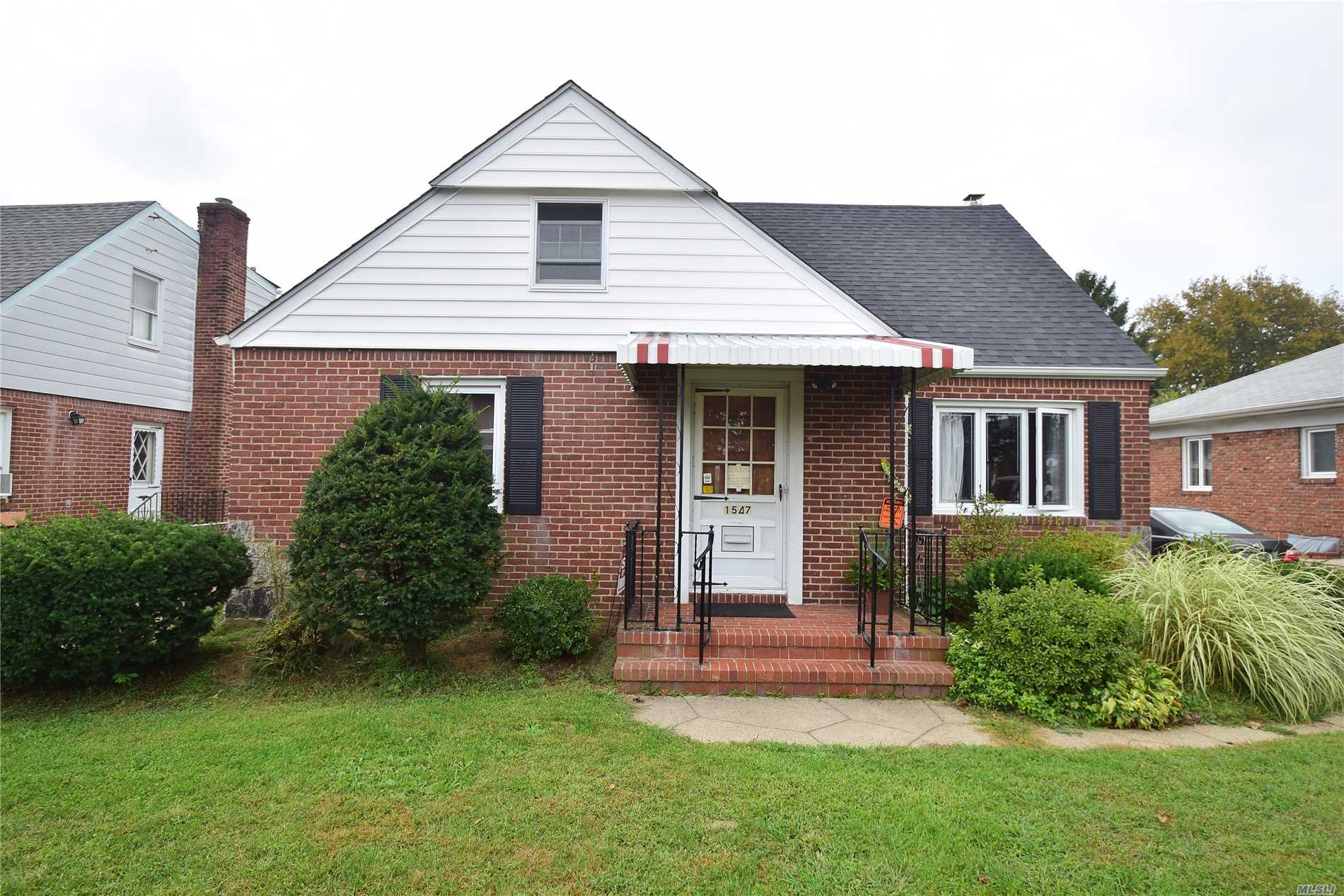 Photo of home for sale at 1547 New Hyde Park Dr, New Hyde Park NY