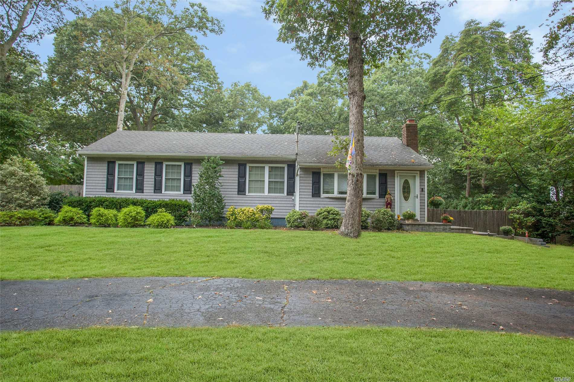 Photo of home for sale at 14 Dixie Ln, Centereach NY