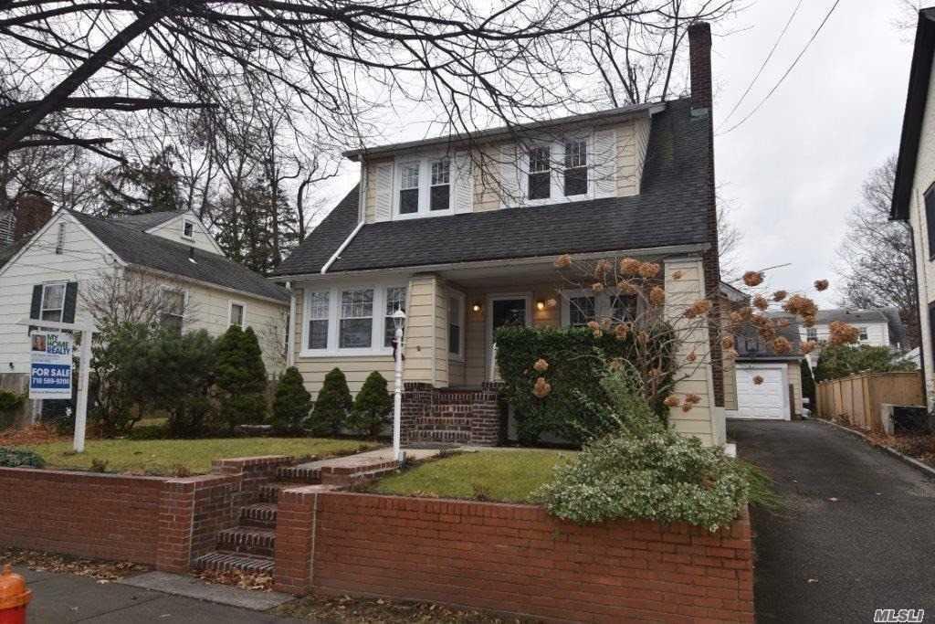 Photo of home for sale at 86 Mackey Ave, Port Washington NY