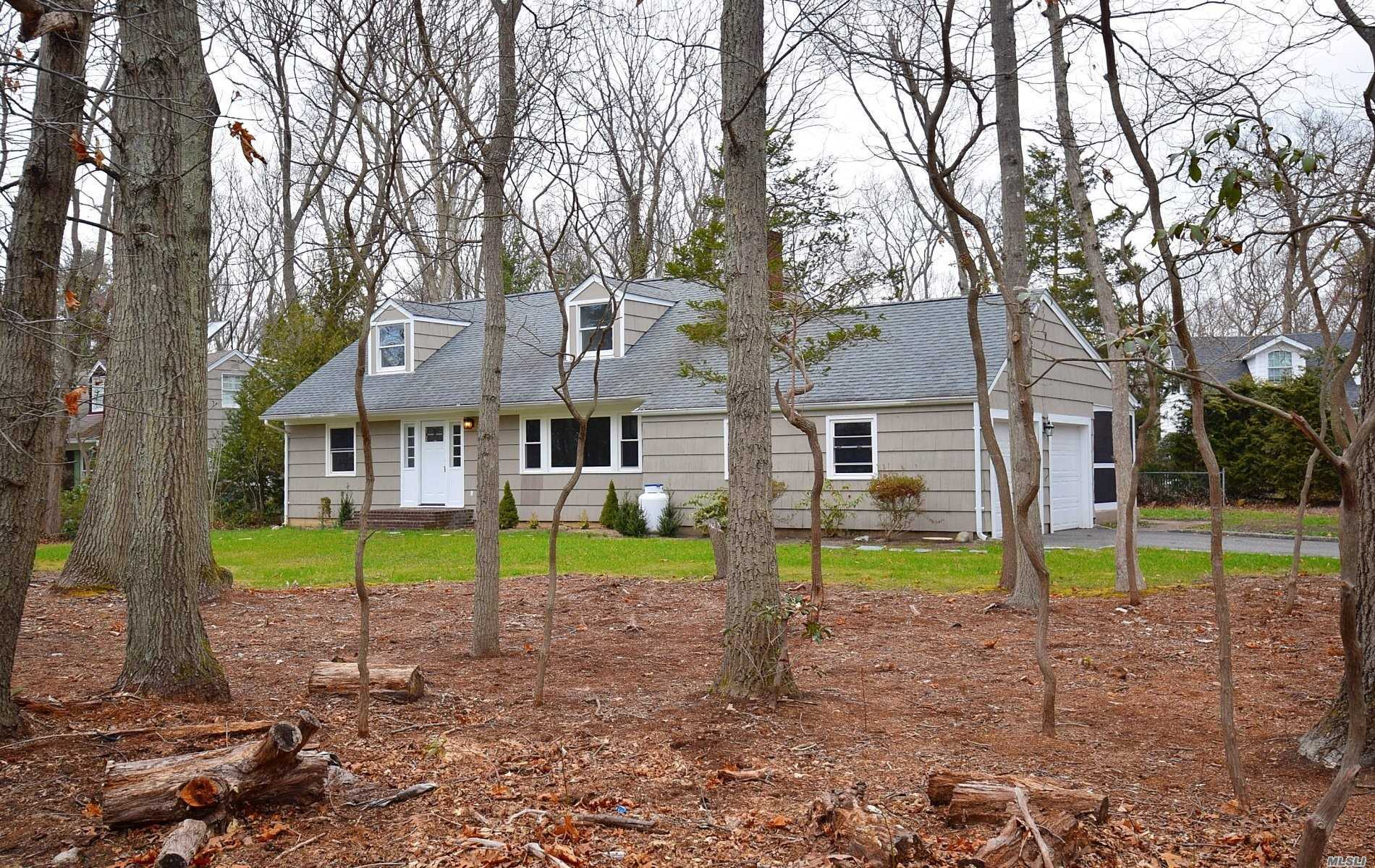 Photo of home for sale at 15 Coraway Rd, East Setauket NY