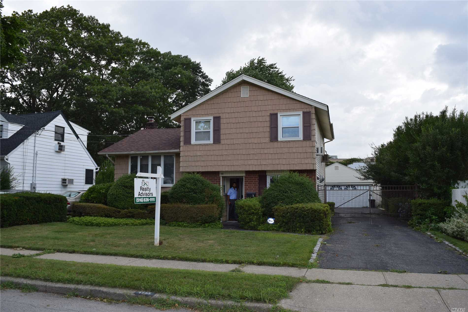 Photo of home for sale at 1755 Lenox Ave, East Meadow NY