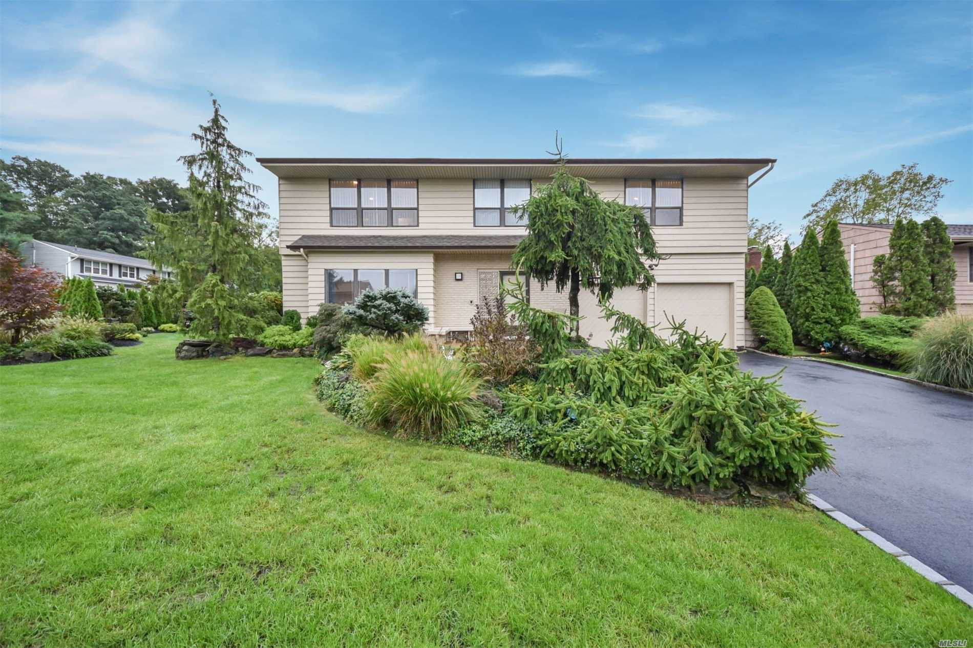Photo of home for sale at 32 Irving Dr, Woodbury NY