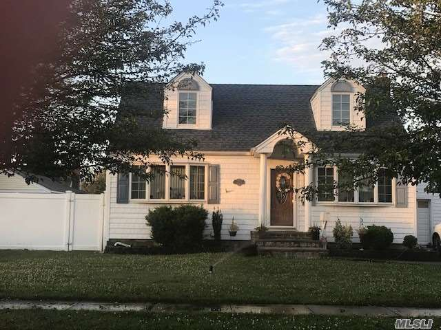 Photo of home for sale at 3568 Mallard Rd, Levittown NY