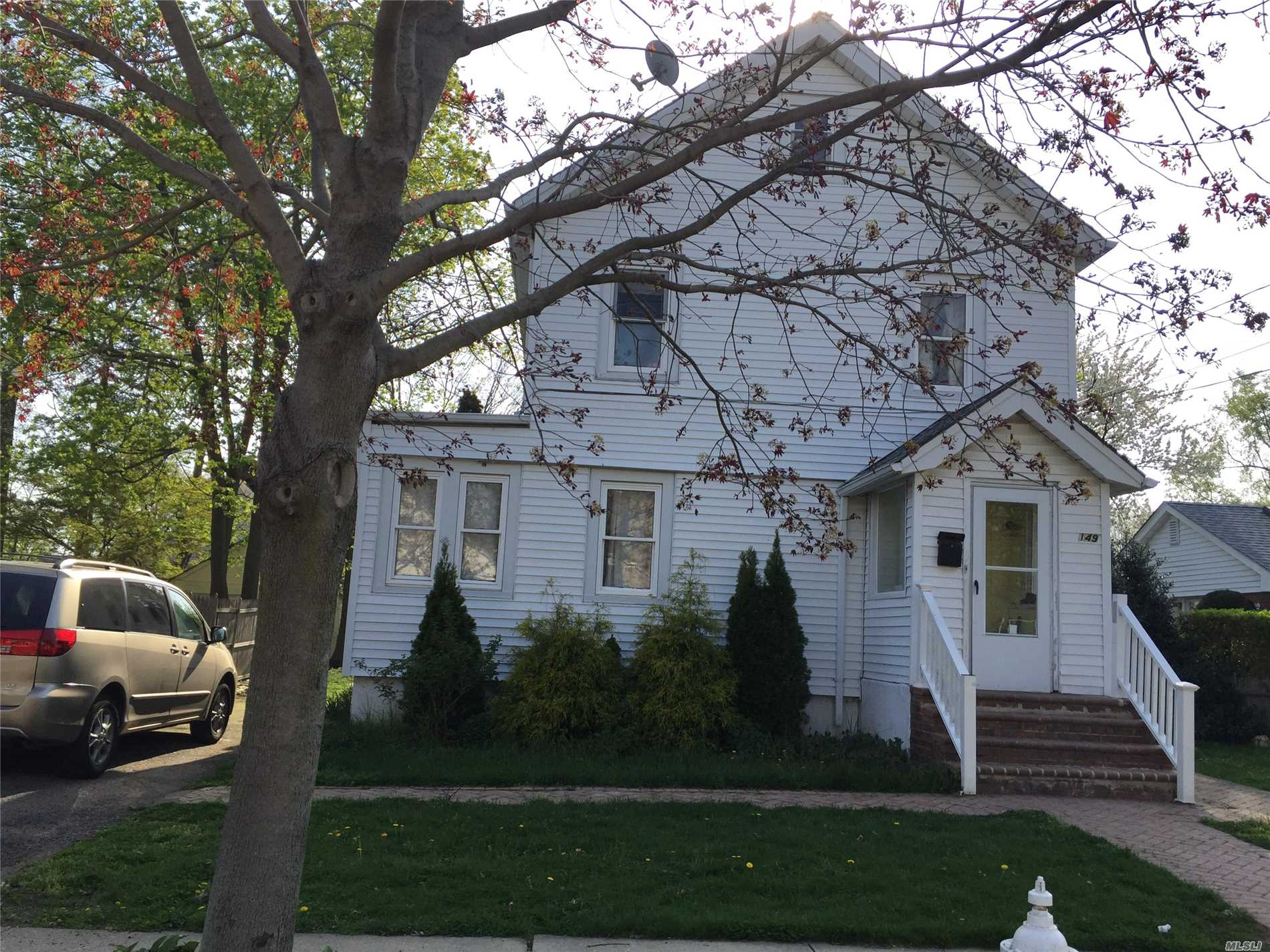 Photo of home for sale at 149 Fairview Blvd, Hempstead NY