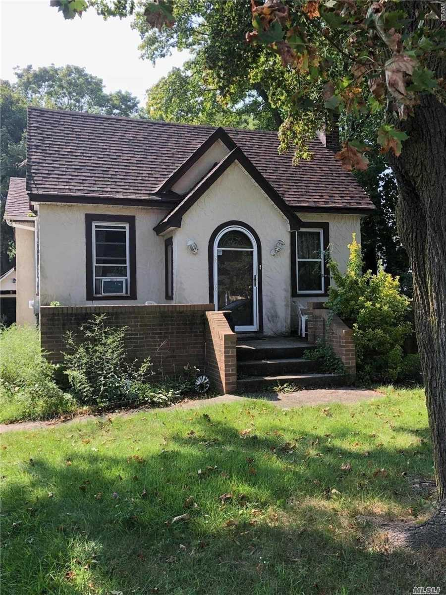 Photo of home for sale at 168 Connetquot Ave, East Islip NY