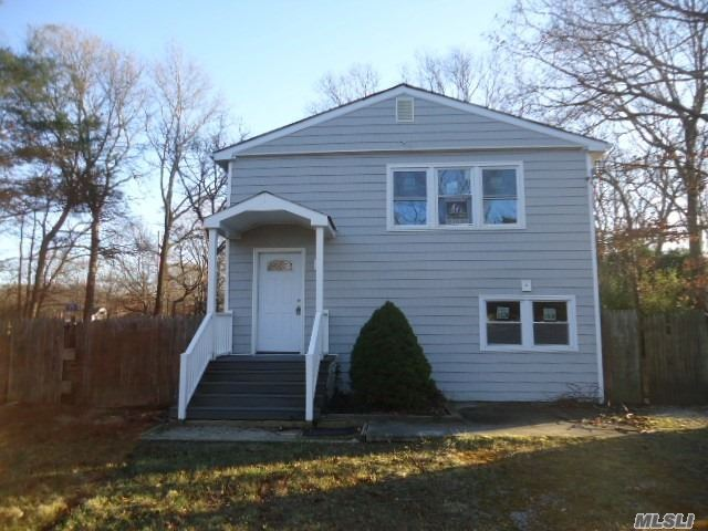 Photo of home for sale at 10 Roberts Rd, Shirley NY