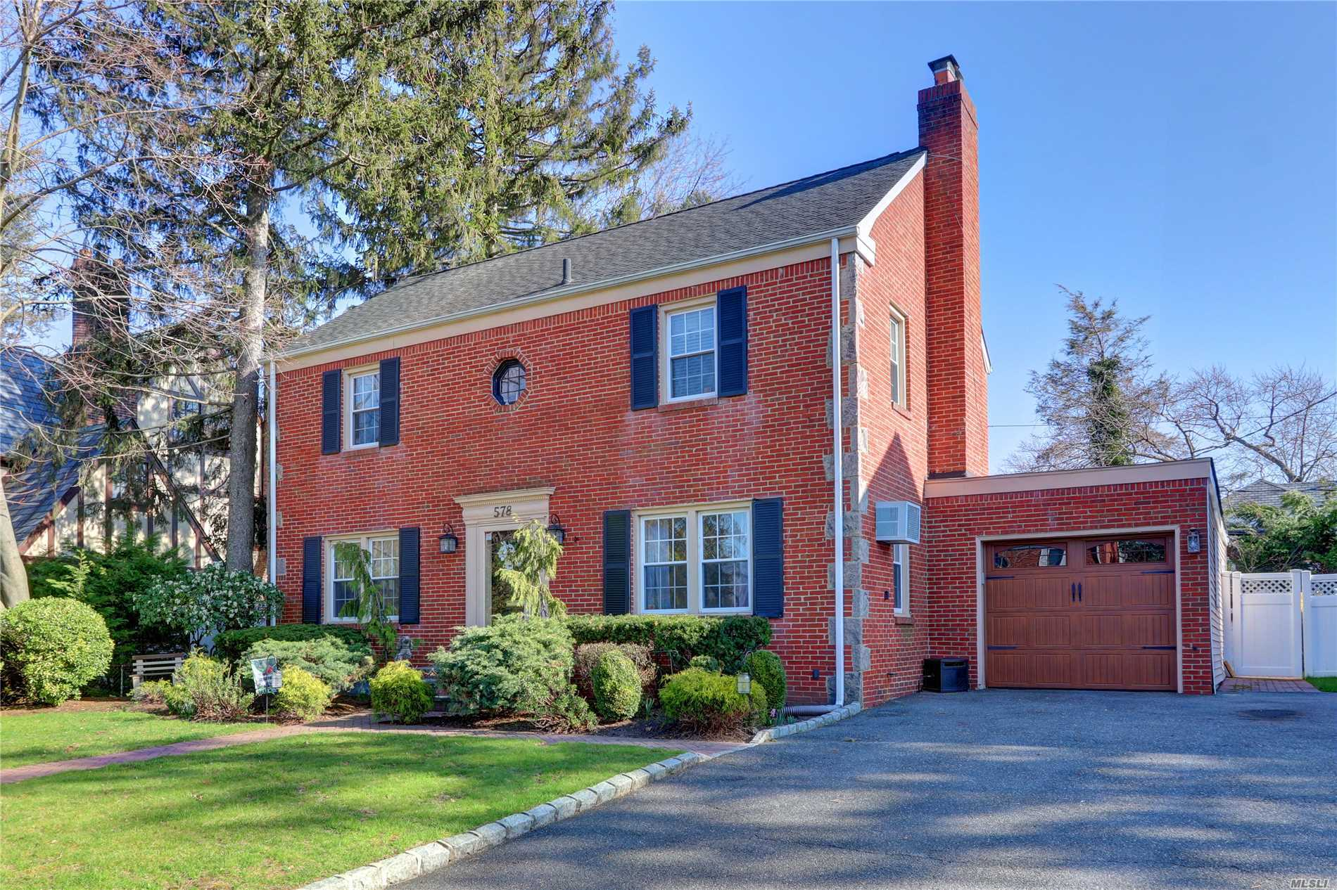 Photo of home for sale at 578 Lakeview Ave, Rockville Centre NY