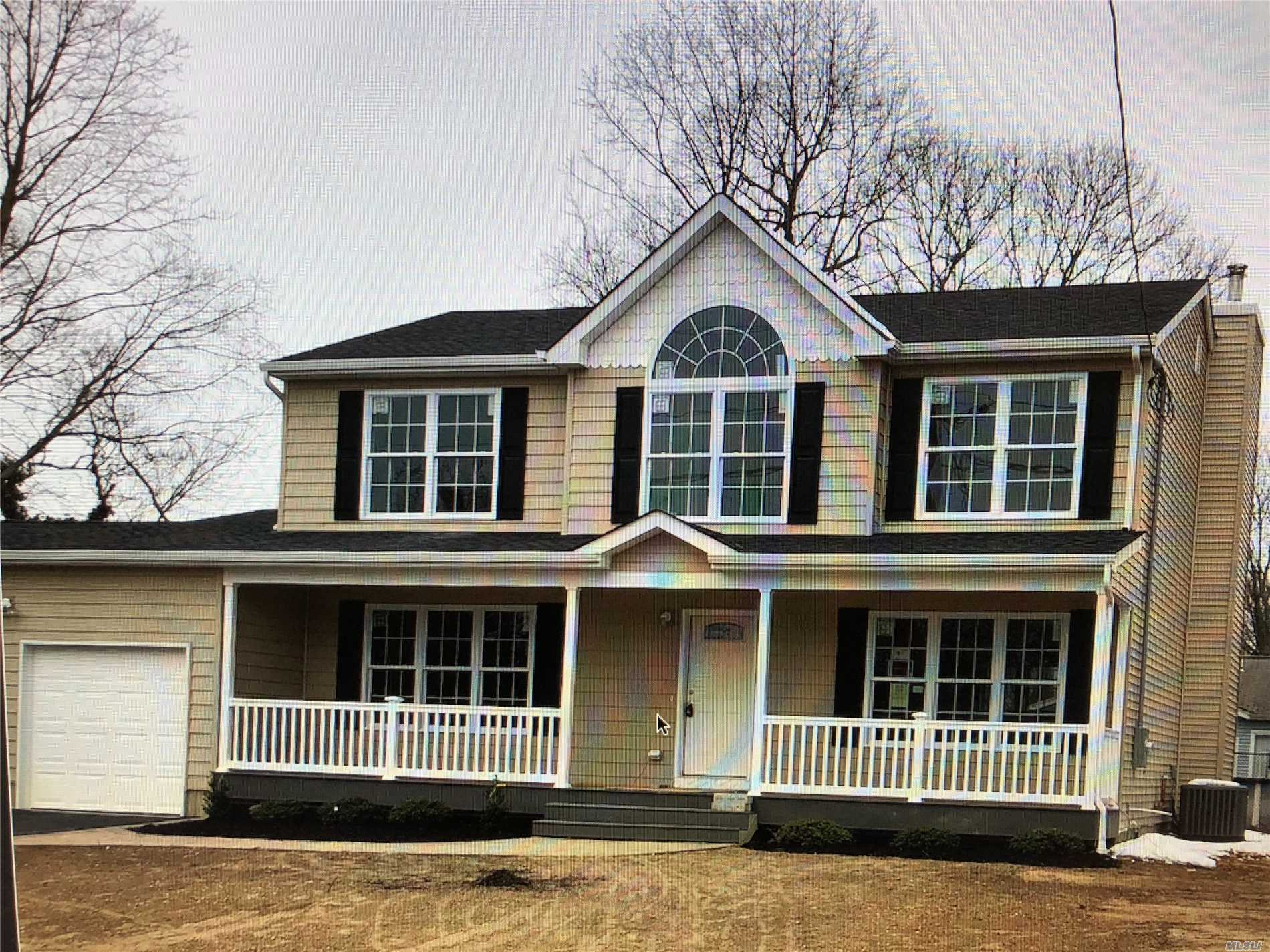 Photo of home for sale at 38 Crestwood Ln, Farmingville NY