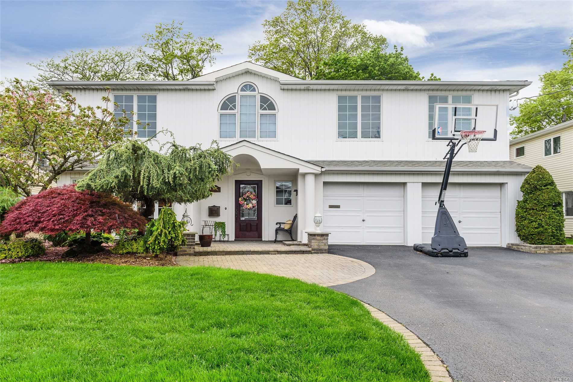 Photo of home for sale at 2932 Cheryl Rd, Merrick NY