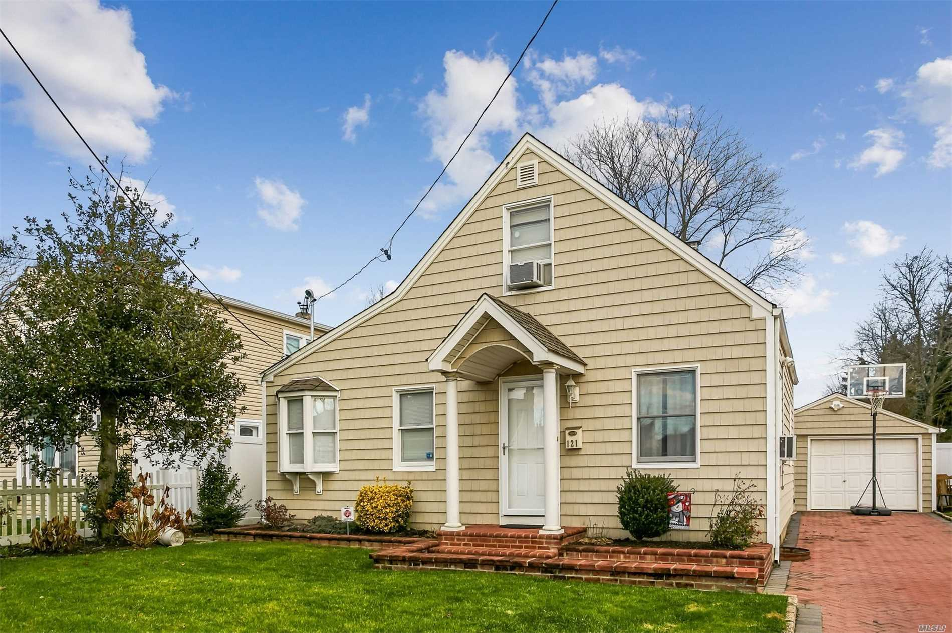 Photo of home for sale at 121 Rosebud Ave, Merrick NY