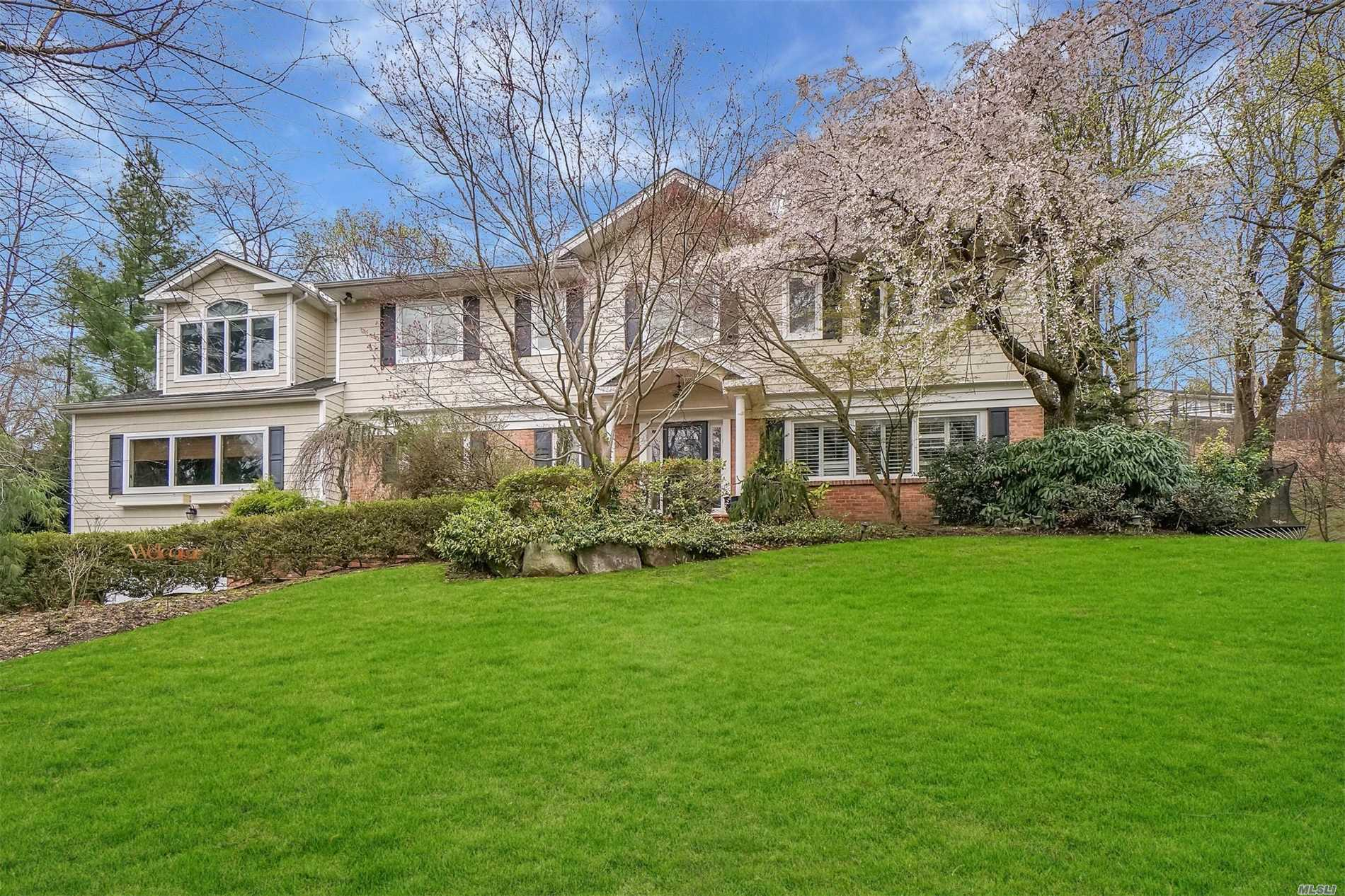 Photo of home for sale at 340 Chestnut Dr, East Hills NY