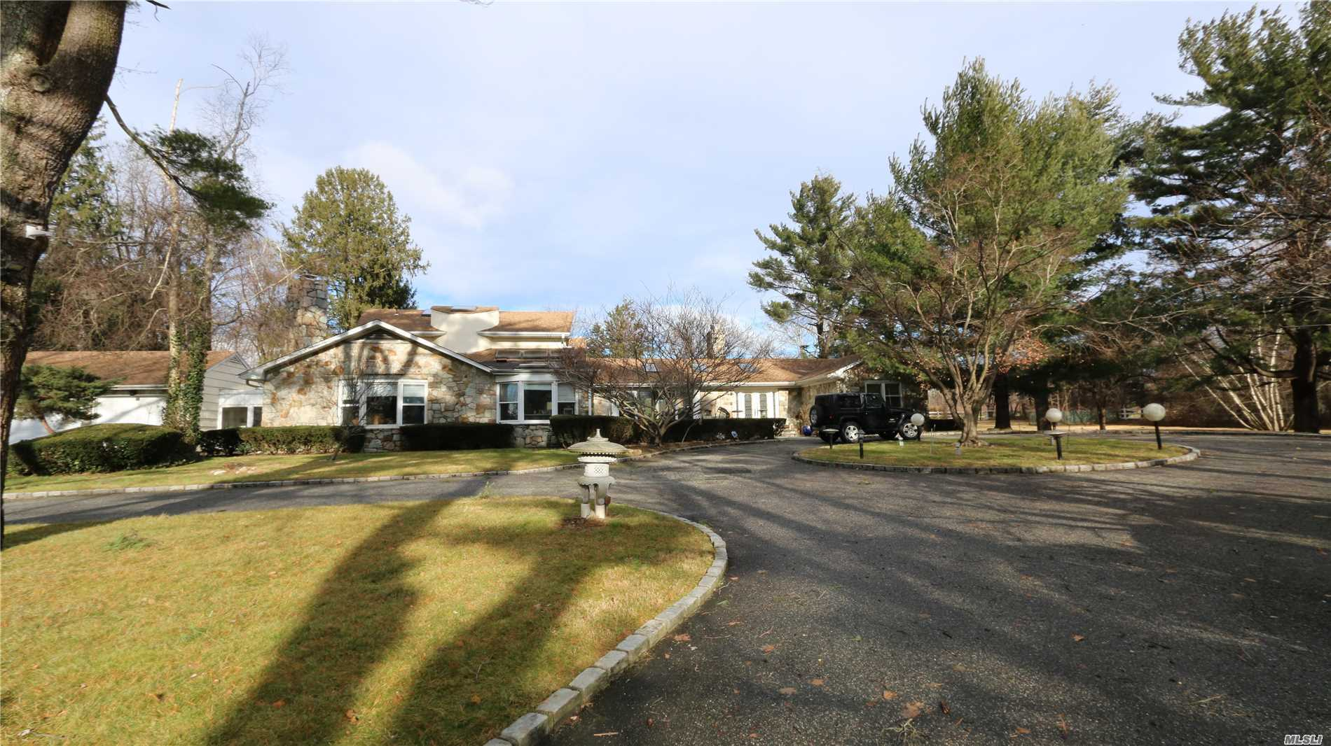 Photo of home for sale at 335 Jericho Tpke, Old Westbury NY