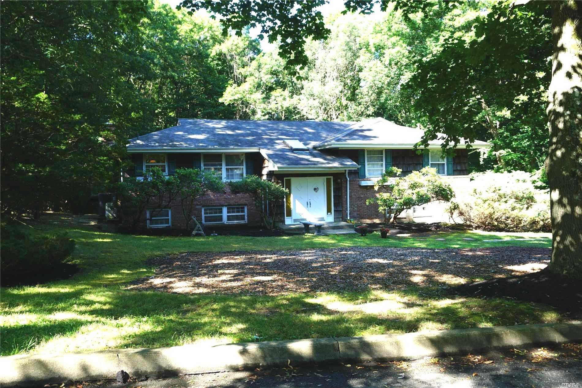 Photo of home for sale at 20 Round Tree Dr, Melville NY