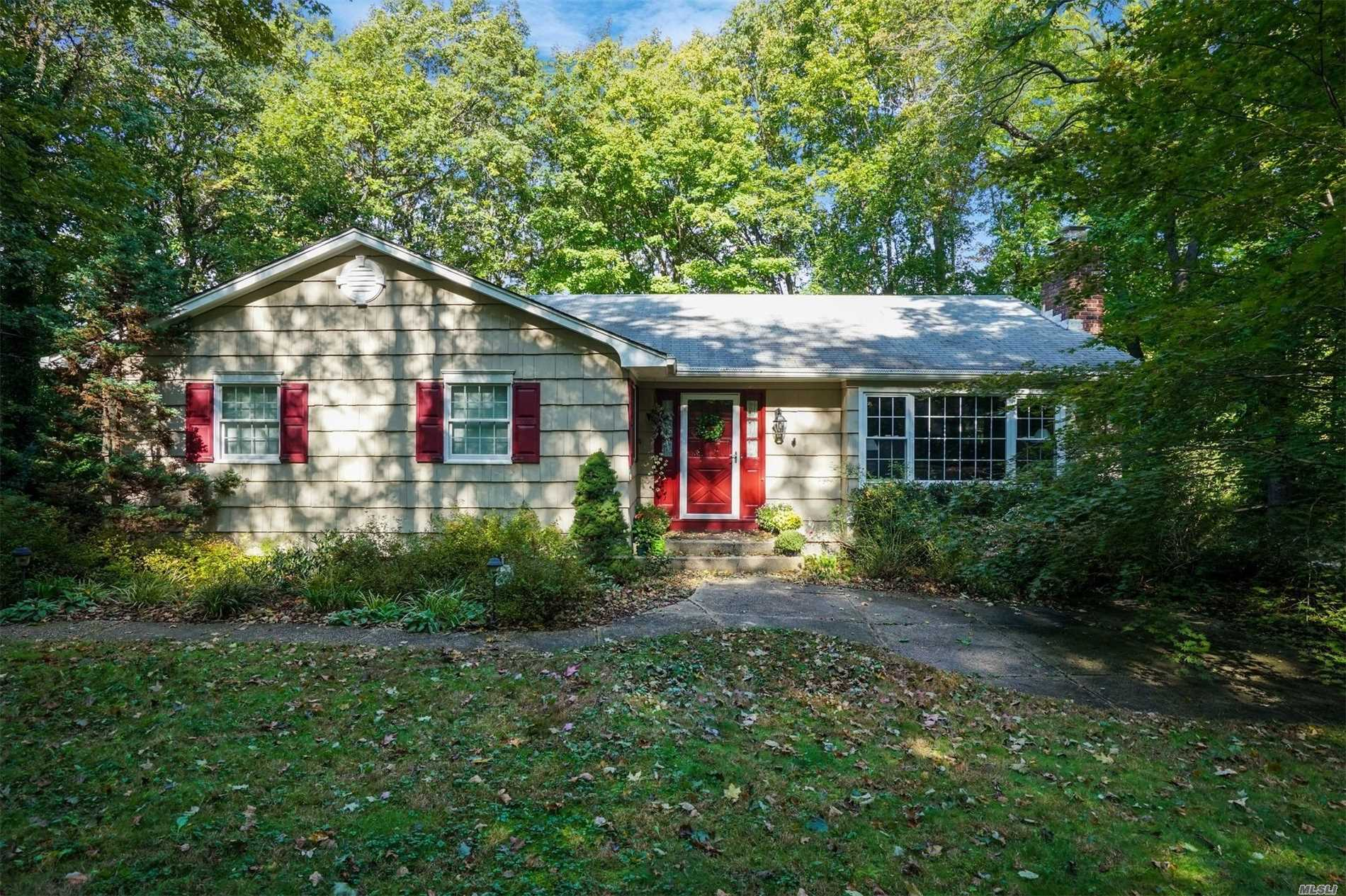 Photo of home for sale at 23 Walnut Pl, Huntington NY